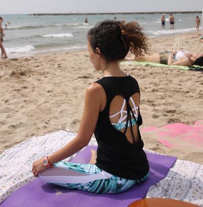 Laura meditando en la playa