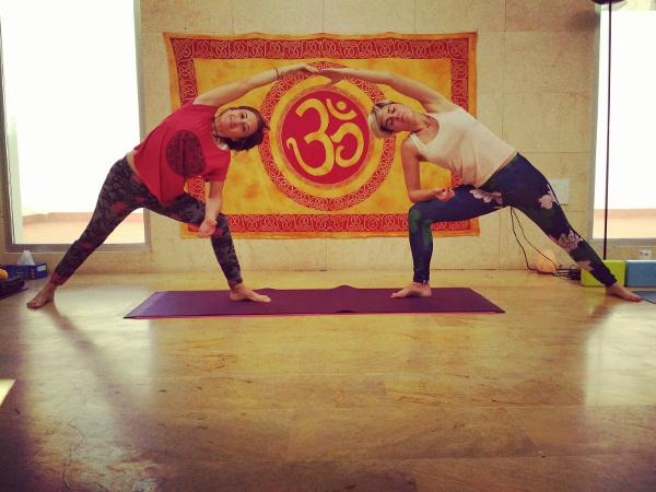 Movimiento yoga en pareja