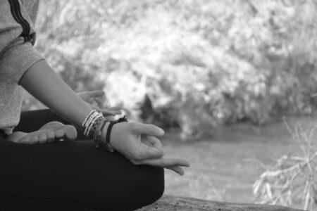 manos de Laura meditando