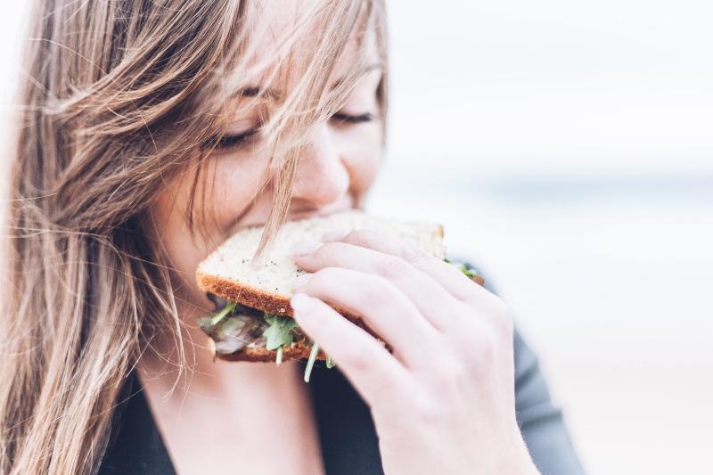 Mujer comiéndose un sandwich